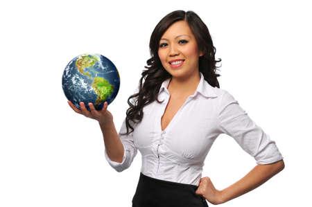 weltkugel asien: Young beautiful asian Bisinesswoman holding der Erde, isoliert auf weiss