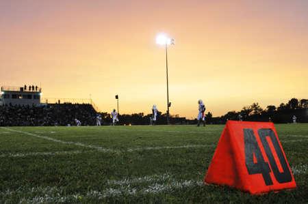jugando al futbol: Campo de f�tbol en la yarda 40 durante la noche