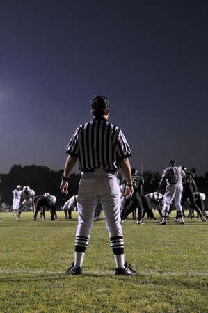 Scheidsrechter bij een voetbalwedstrijd 's nachts