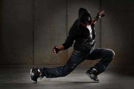 baile hip hop: Bailar�n de hip-hop realizar contra una pared de grunge  Foto de archivo