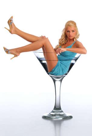 copa martini: Mujer joven en vaso de martini aislado contra un fondo blanco