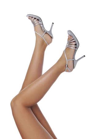 Benen van vrouw dragen hoge hakken geïsoleerd op een witte achtergrond