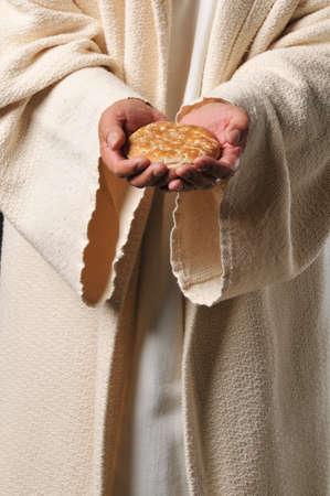 pr�tre: J�sus tenant un pain comme un symbole de pain de vie  Banque d'images