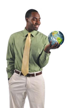 continente africano: Empresario negro sosteniendo la tierra y sonriente aislaron en un fondo blanco