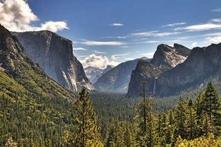 Yosemite panoramisch uitzicht op de vallei op een zonnige dag Stockfoto