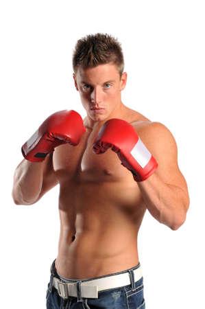 boxeadora: Joven hombre musculoso con guantes de boxeo aislado en un fondo blanco
