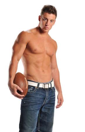 흰 배경에 고립 된 축구를 들고 근육 질의 남자