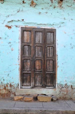 Old grungy door with textured walls  Foto de archivo