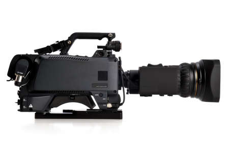白い背景の上の右の isolatad に直面しているプロフェッショナル ビデオ カメラ