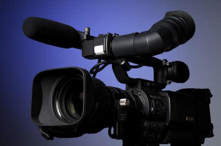 파란색 배경의 전문 비디오 카메라
