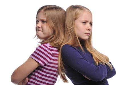 resolving: Due ragazza risolvere un conflitto isolato su uno sfondo bianco