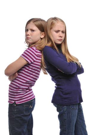 Twee meisje oplossing van een conflict geïsoleerd op een witte achtergrond