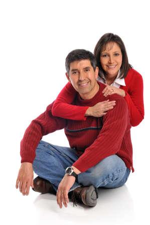Middelbare leeftijd paar glimlachend geïsoleerd op een witte achtergrond