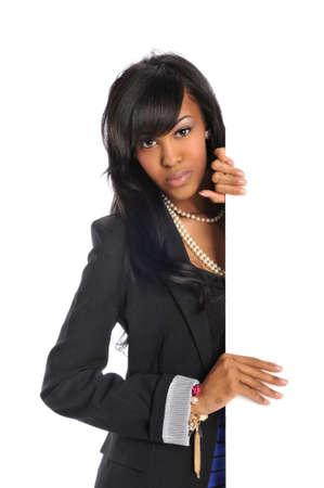 Jonge African American vrouw met lege teken geïsoleerd op een witte achtergrond