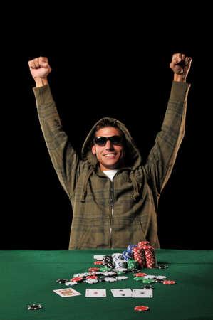 Pokerspeler vieren met uitgebreide armen geïsoleerd op een zwarte achtergrond