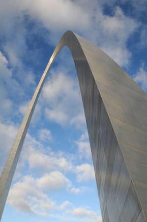 青い空と雲に対してサン Louis アーチ