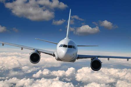 Commerciële vliegtuig in vlucht met wolken op de achtergrond
