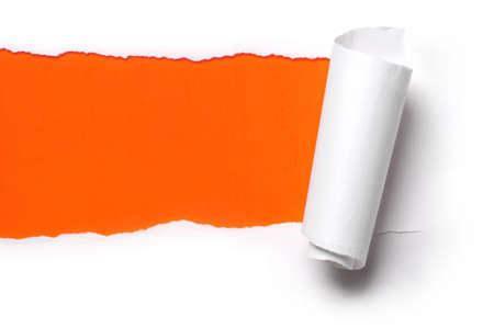 오렌지 배경 찢어진 된 백서