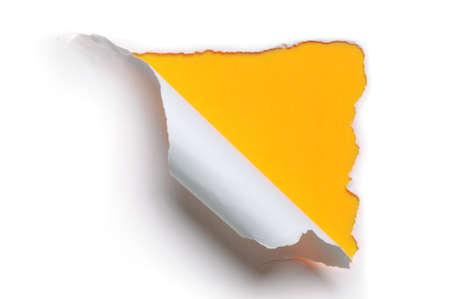 黄色の背景のホワイト ペーパーをリッピング