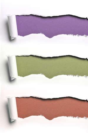 다양한 색 배경에 대해 찢어진 백서