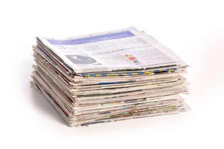 白い背景で隔離の新聞の山