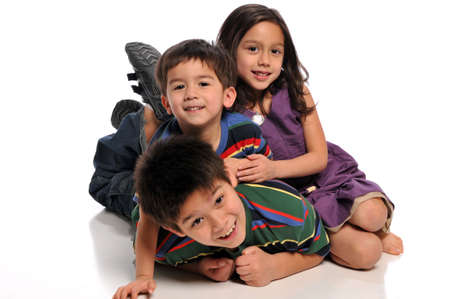Kinderen spelen en plezier geïsoleerd op een witte achtergrond Stockfoto