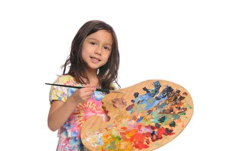 白い背景上に分離されてカラフルなパレットを持つ少女