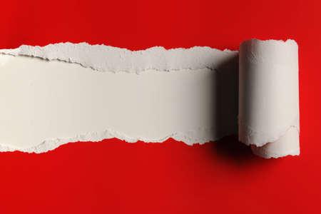 Scheur rood papier en witte bakground met ruimte voor tekst Stockfoto