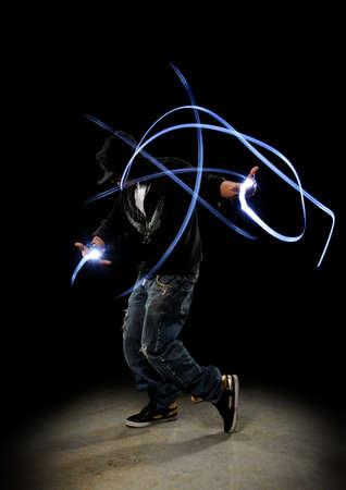 暗い背景に対して lighs のヒップ ホップのダンサー実行示す痕跡