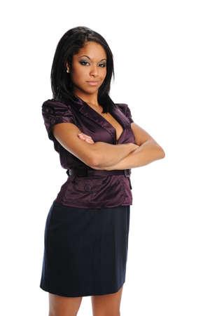 Zaken jonge zwarte vrouw met gekruiste armen geïsoleerd op een witte achtergrond