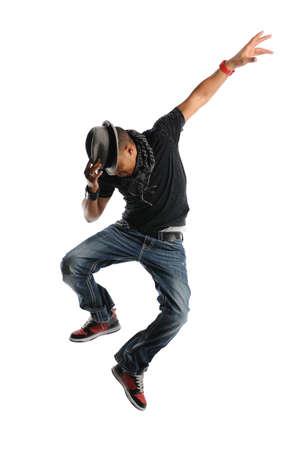 모자를 착용 하 고 점프 흰색 배경에 고립 된 힙합 댄서
