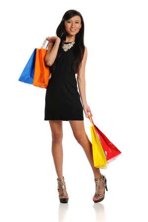 白い背景で隔離の買い物袋を持つ Yound 東洋女性 写真素材