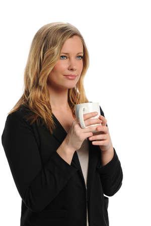 mujer tomando cafe: Empresaria de j�venes con una taza de caf� aislado en un fondo blanco