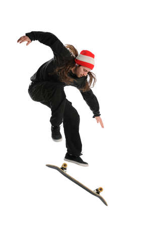 Skateboarder die een truc doet die op een witte achtergrond wordt geïsoleerd