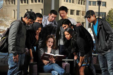 Diverse groep van studenten in College Campus met gebouwen op de achtergrond