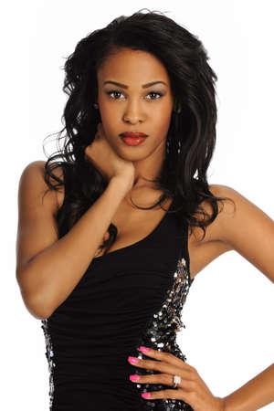 modelos negras: Afrtican joven mujer americana llevaba un vestido negro aislado en un fondo blanco