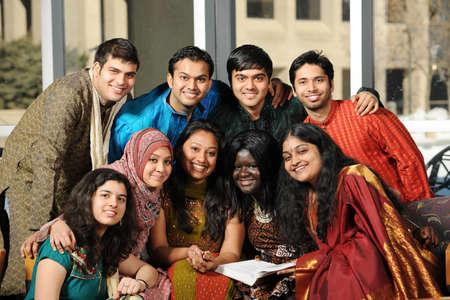 대학 캠퍼스에서 자신의 전통 의상을 입고 다양한 대학의 학생 그룹 스톡 콘텐츠