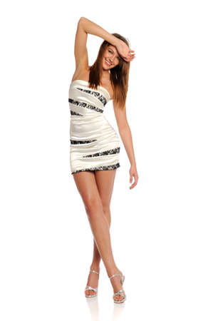 mini falda: Joven Morena mujer llevaba un vestido blanco aislado en un fondo blanco