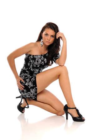 mini jupe: Jeune femme brune vêtue d'une robe isolé sur un fond blanc