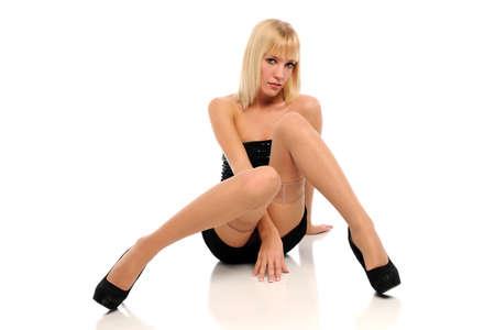mini jupe: Jeune femme blonde portant une robe courte noire isolée sur un fond blanc
