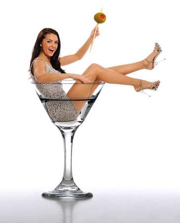 copa martini: Mujer joven morena en un vidrio de Martini aislado en un fondo blanco