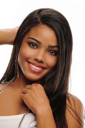 Portret van een jonge mooie African American Woman geïsoleerd op een witte achtergrond