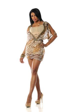 白い背景にデザインの凝った服を着ている若い黒人女性