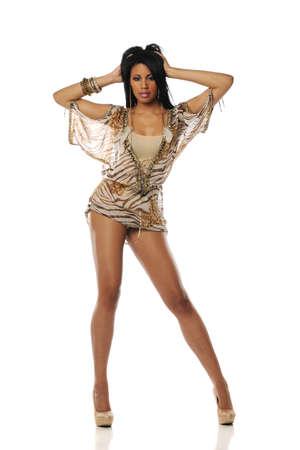 Zwarte vrouw draagt een korte jurk en hoge hakken op een witte achtergrond Stockfoto