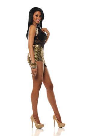 minijupe: Jeune femme noire vêtue d'une mini jupe sur un fond blanc