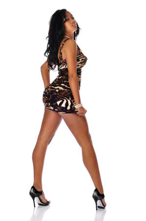 Jonge zwarte vrouw draagt een korte jurk geïsoleerd op een witte achtergrond