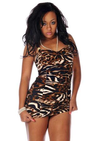 Mujer Negro joven con un vestido corto aislado en un fondo blanco Foto de archivo