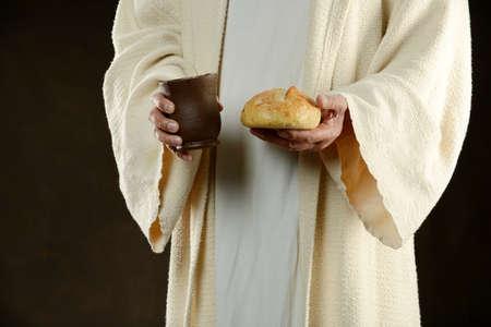 Jezus houdt brood en een beker wijn als een methaphore