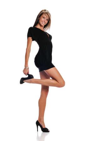 白い背景上に分離されて黒のドレスを着ている若い女性