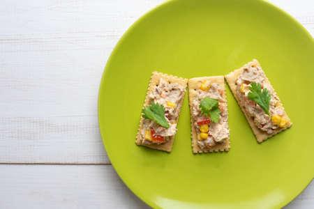 Tuna salad with soda crackers